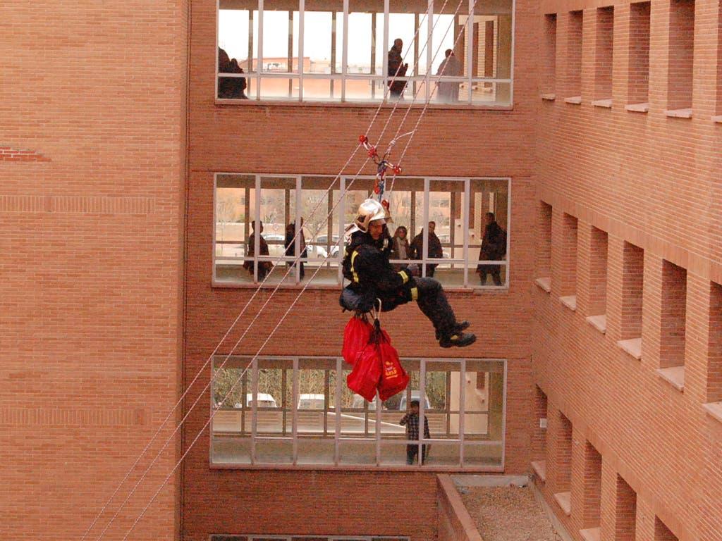 Los Bomberos visitan a los niños del Hospital de Alcalá