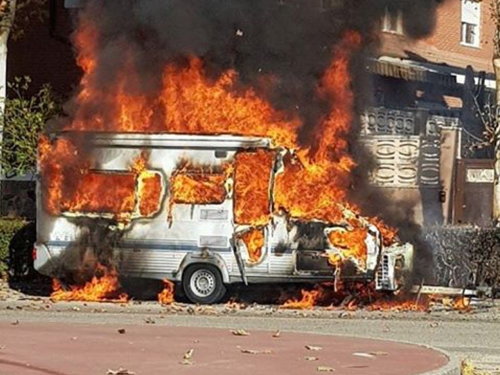Arde en Velilla una caravana aparcada en la calle