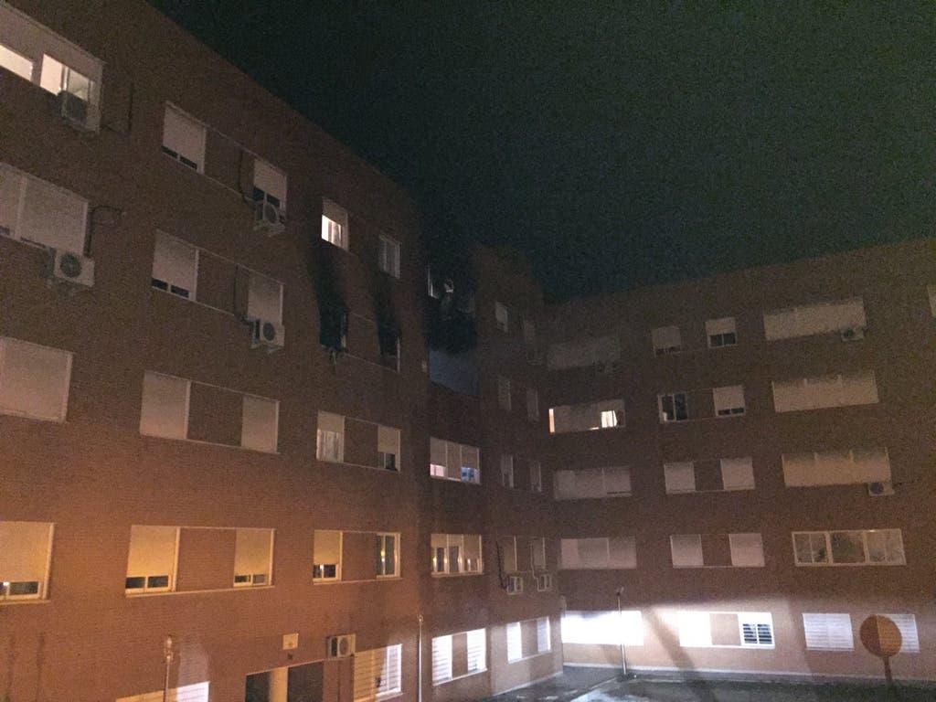 Una mujer se quema las manos al incendiarse su vivienda en Madrid