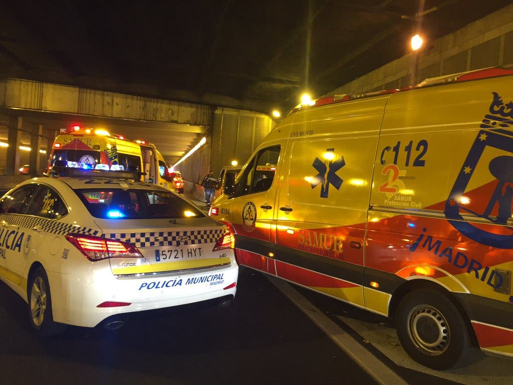 Un motorista sufre un accidente en la M-30 y le descubren 4 puñaladas