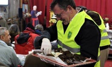 Morata reparte 700 palmeritas entre los sin techo de San Antón