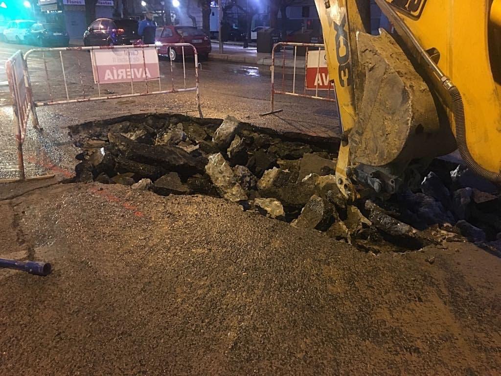 Un socavón provoca cortes de tráfico en Coslada