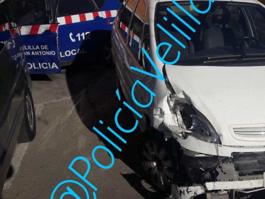 Sale huyendo tras empotrar su coche contra un camión en Velilla