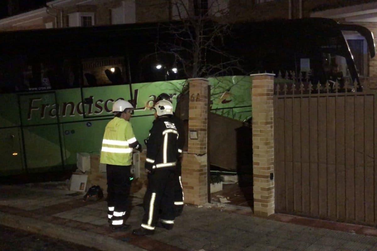 Un autobús sin pasajeros se estrella contra un chalet en Moralzarzal