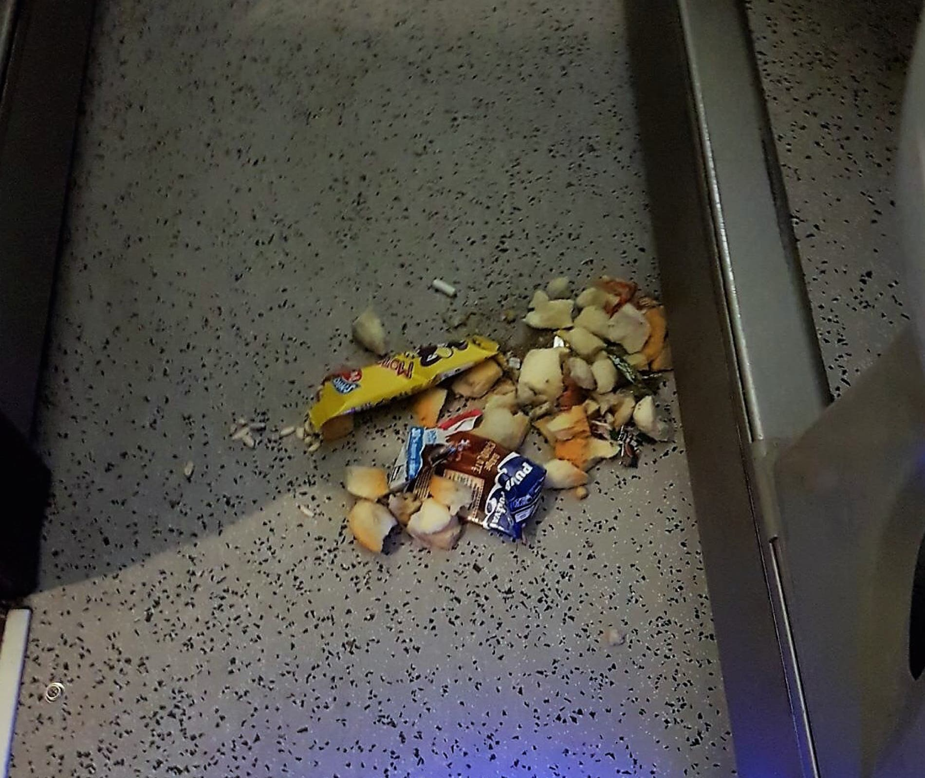 Basura en los pasillos del autobús (Ayto. de Velilla).