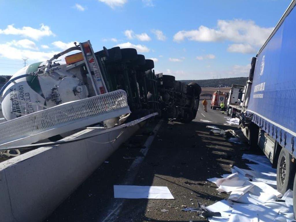 El choque de tres camiones obliga a cortar un tramo de la A-2