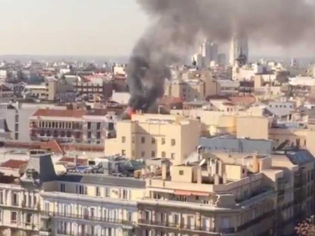 Aparatoso incendio en un edificio del centro de Madrid