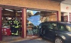 Un hombre de 70 años estrella su coche contra una pastelería en Madrid