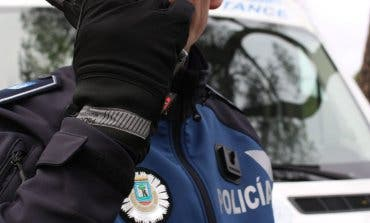 La Policía evita que un hombre se lance al vacío en Ciudad Lineal