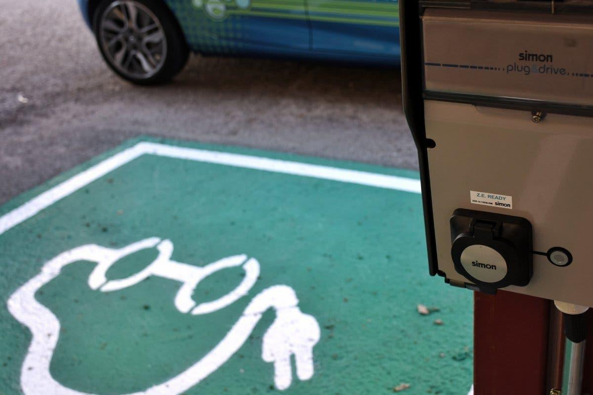 Alcalá instala su primer punto de recarga gratuito para coches eléctricos