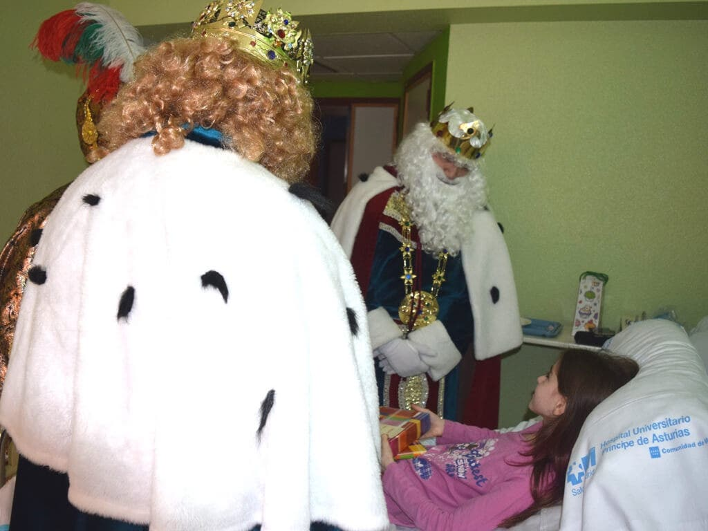 Los Reyes Magos visitan a los niños del Hospital de Alcalá