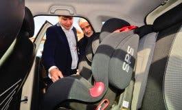 La Policía de Torrejón incorpora sillas de bebé en sus coches patrulla