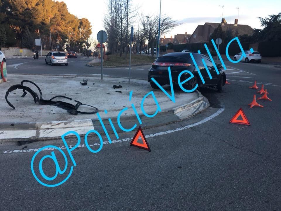 Un conductor ebrio empotra su coche contra una rotonda en Velilla