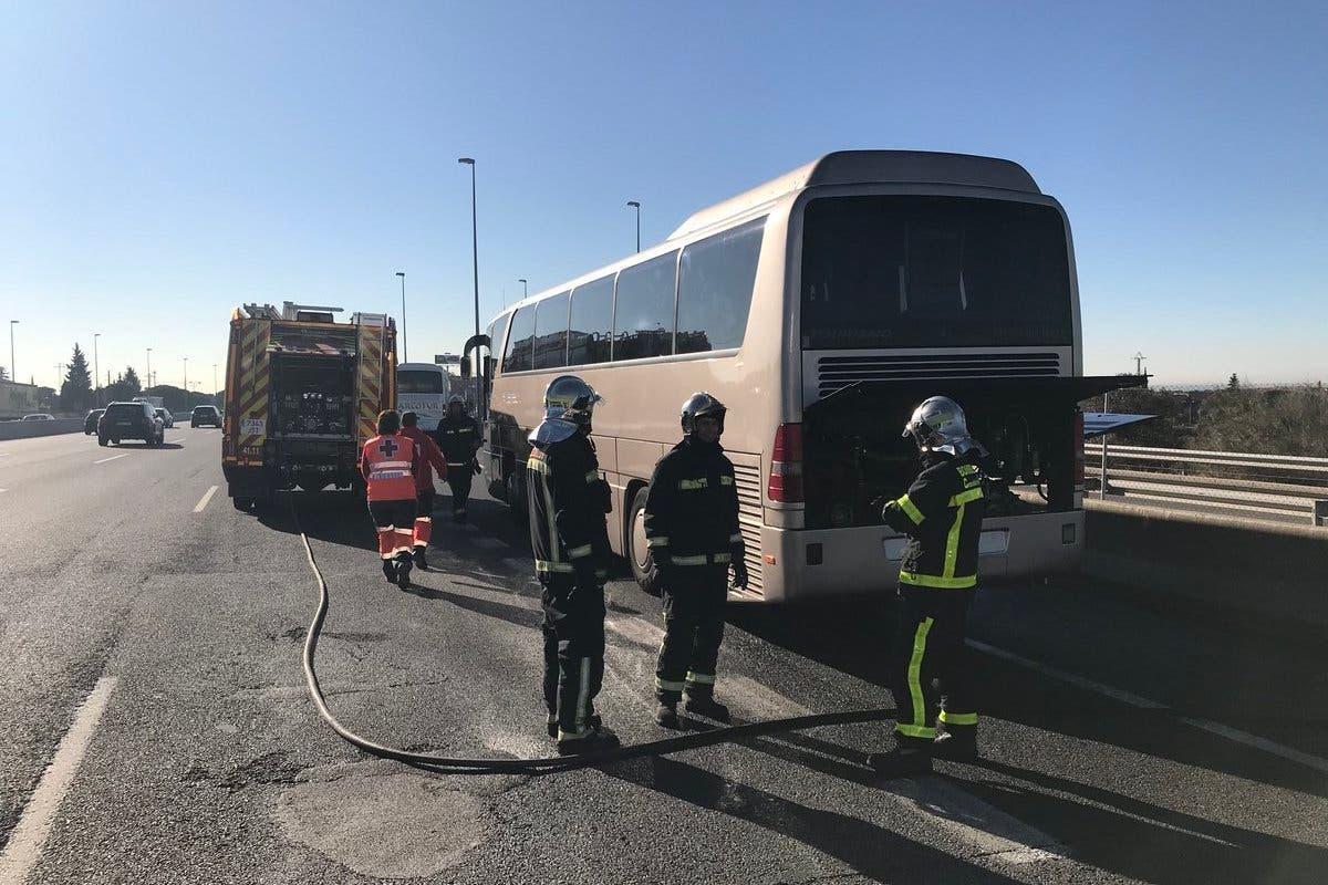 Arde un autobús escolar en la A-6 con 46 niños a bordo