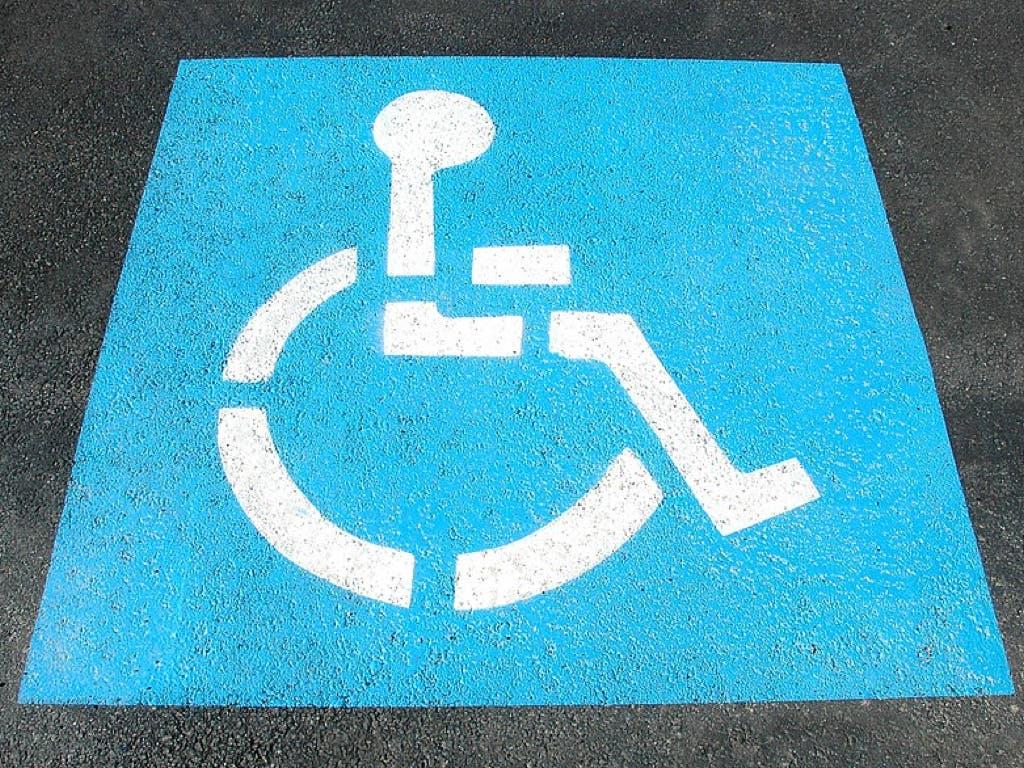 Paracuellos intensifica la vigilancia de las plazas de aparcamiento para personas con movilidad reducida