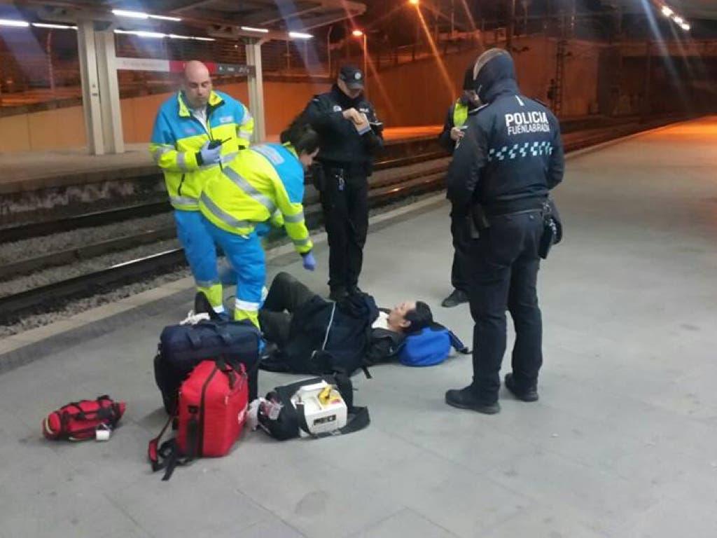 Salvan la vida a un hombre que cayó a las vías del tren