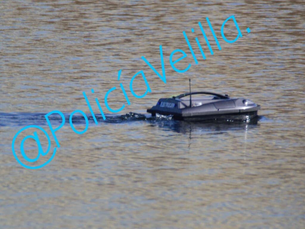 Denunciados en Velilla por usar un barco cebador en la laguna