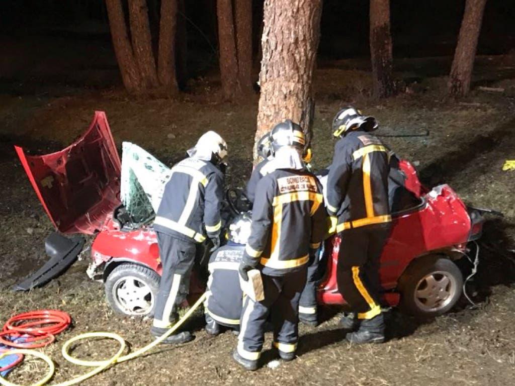 Un joven de 18 años muerto y otro crítico tras chocar su coche contra un árbol