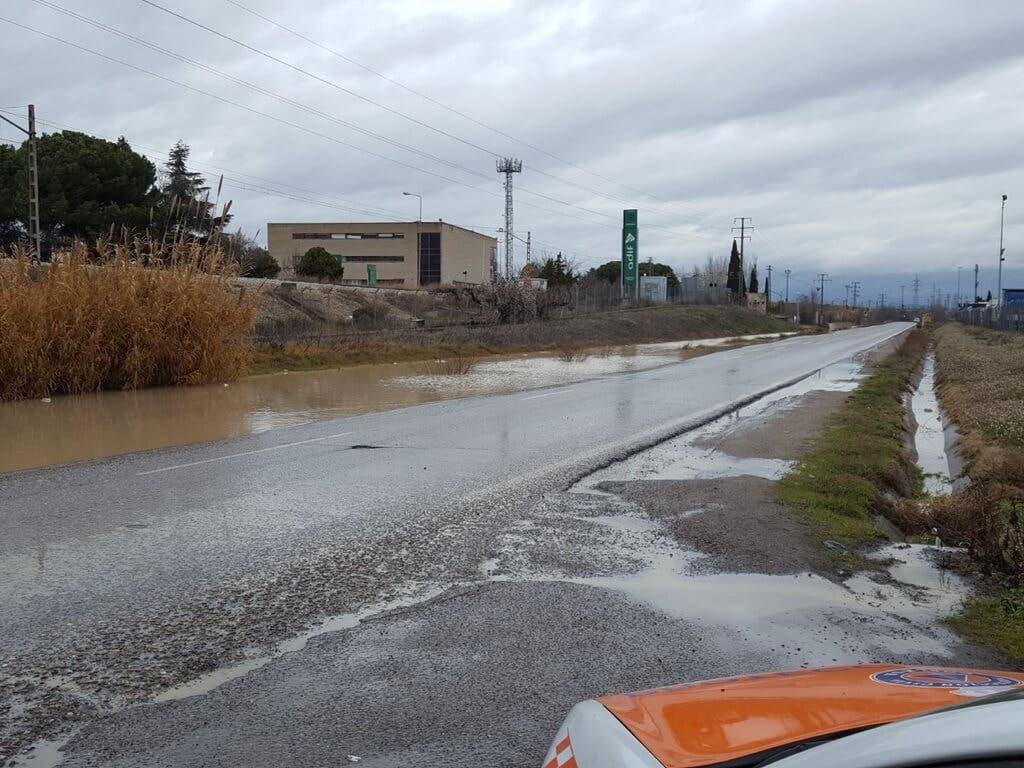La lluvia obliga a cortar la carretera que une Vicálvaro y Coslada