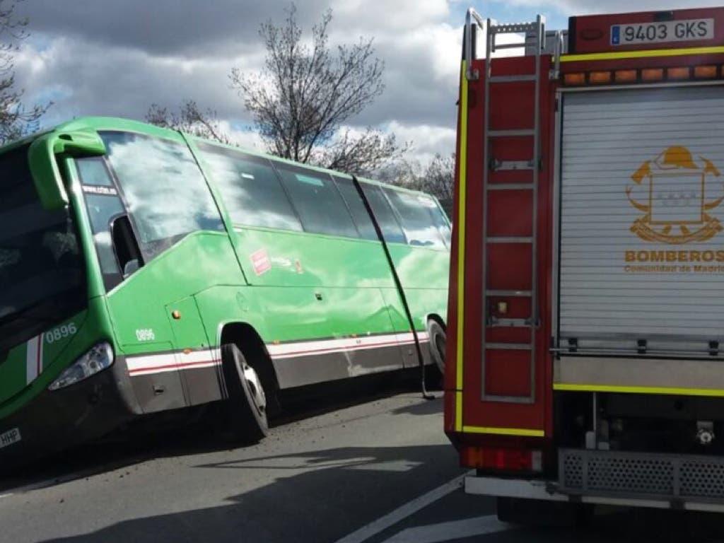 Rescatados 50 pasajeros de un autobús interurbano tras quedar semivolcado