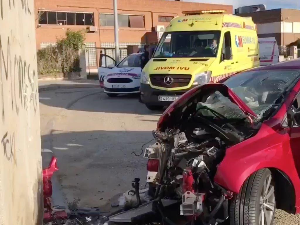 Tres jóvenes heridos al chocar su coche contra una caseta