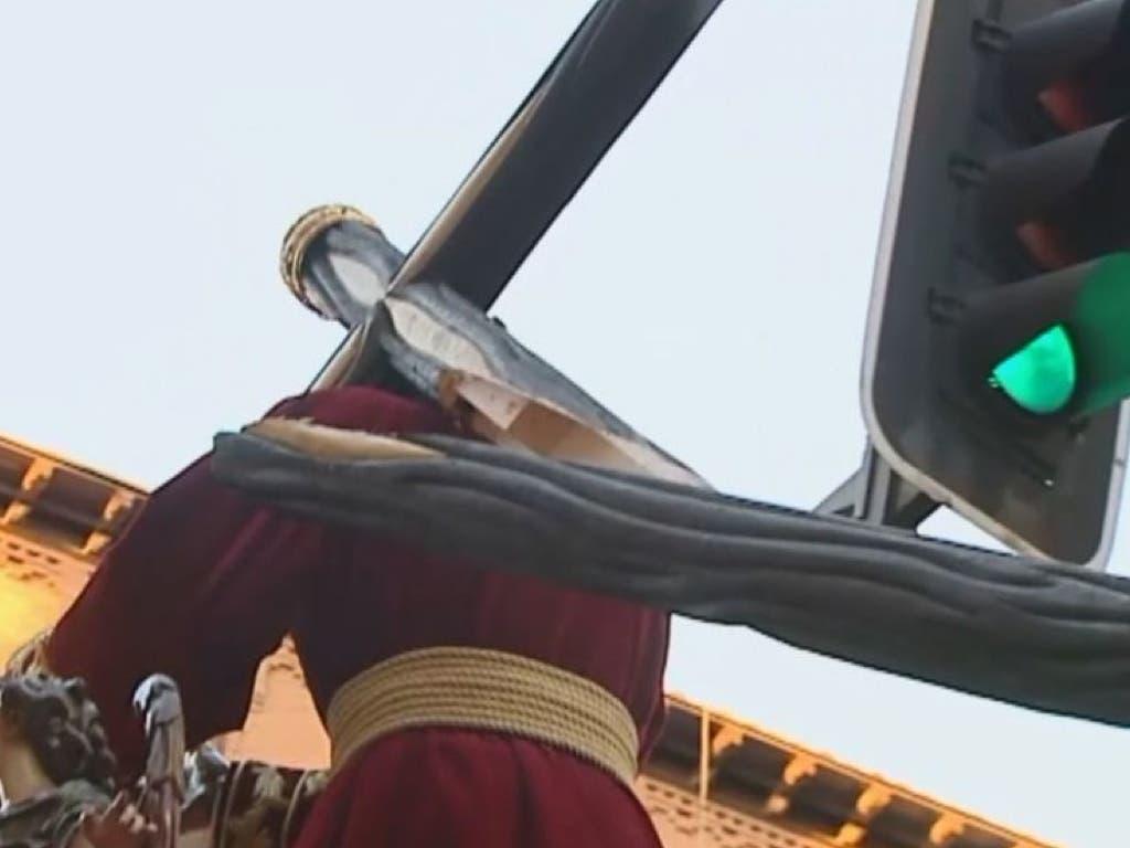 Se parte la cruz del Gran Poder de Madrid al chocar contra un semáforo