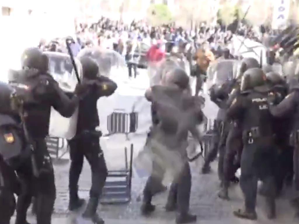 Sillas por los aires y piedras contra la Policía en Lavapiés