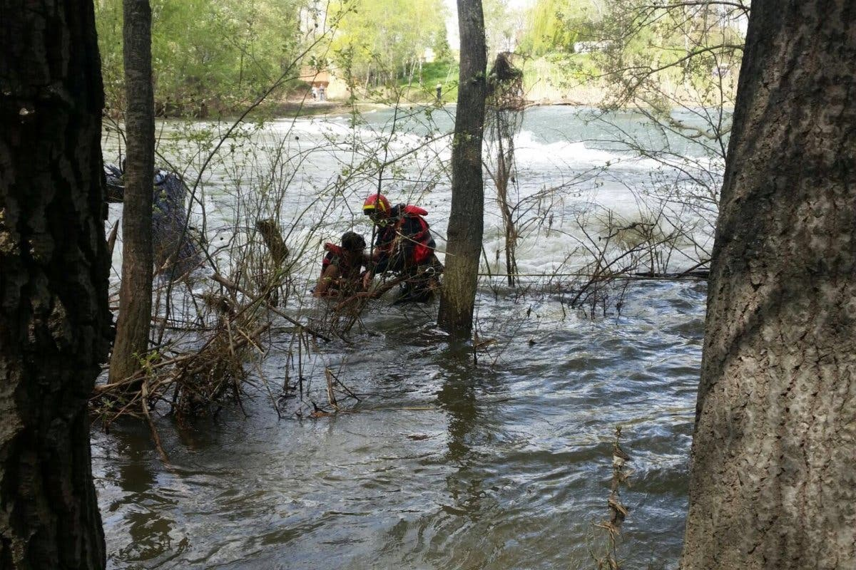 Rescatan a dos menores arrastrados por la corriente en el río Henares