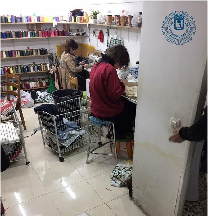 Localizan un taller clandestino de costura oculto tras un probador