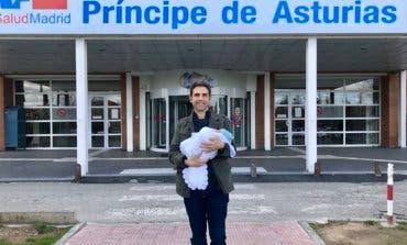 El alcalde de Alcalá de Henares presenta a su hijo Bruno