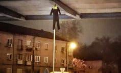Aparecen ahorcados en la A-2 muñecos vestidos de policía municipal