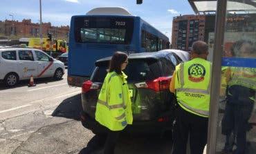 Un coche atropella a tres personas en una parada de autobús