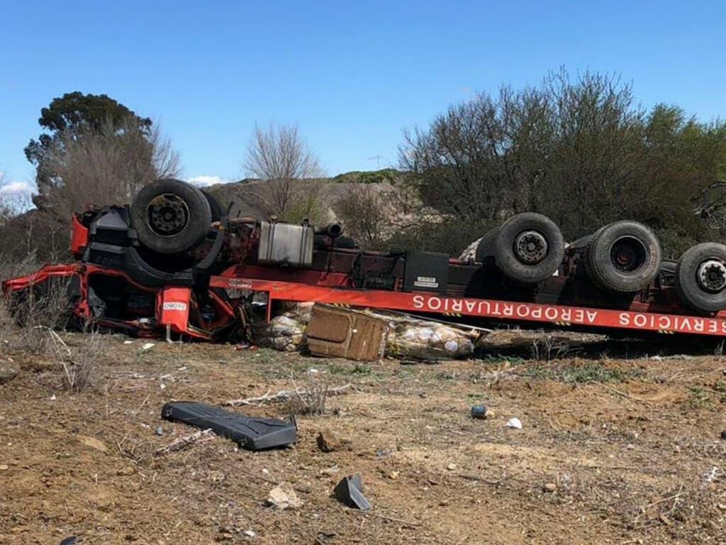 Muere un operario de Barajas al volcar su camión en el aeropuerto