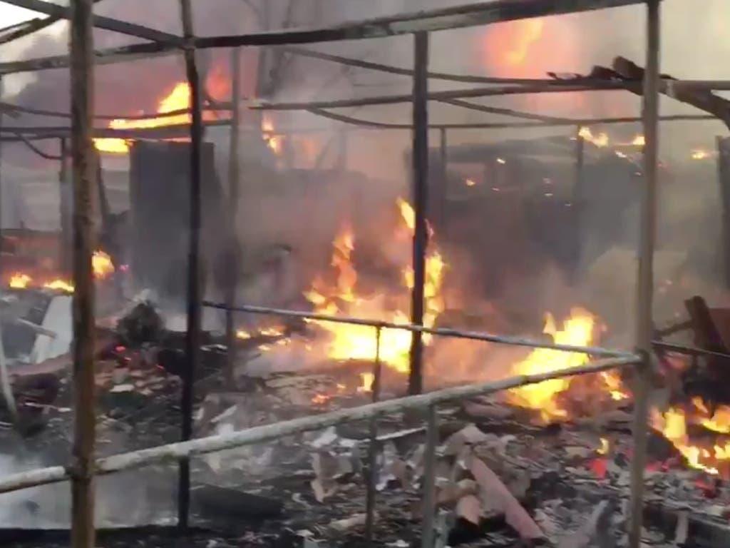 Un incendio calcina ocho chabolas y deja un herido grave
