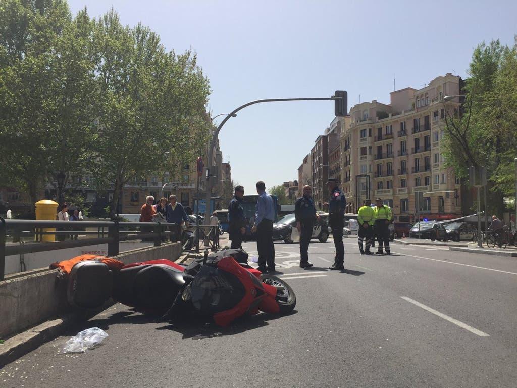 Una moto atropella a tres peatones tras ser embestida por un coche