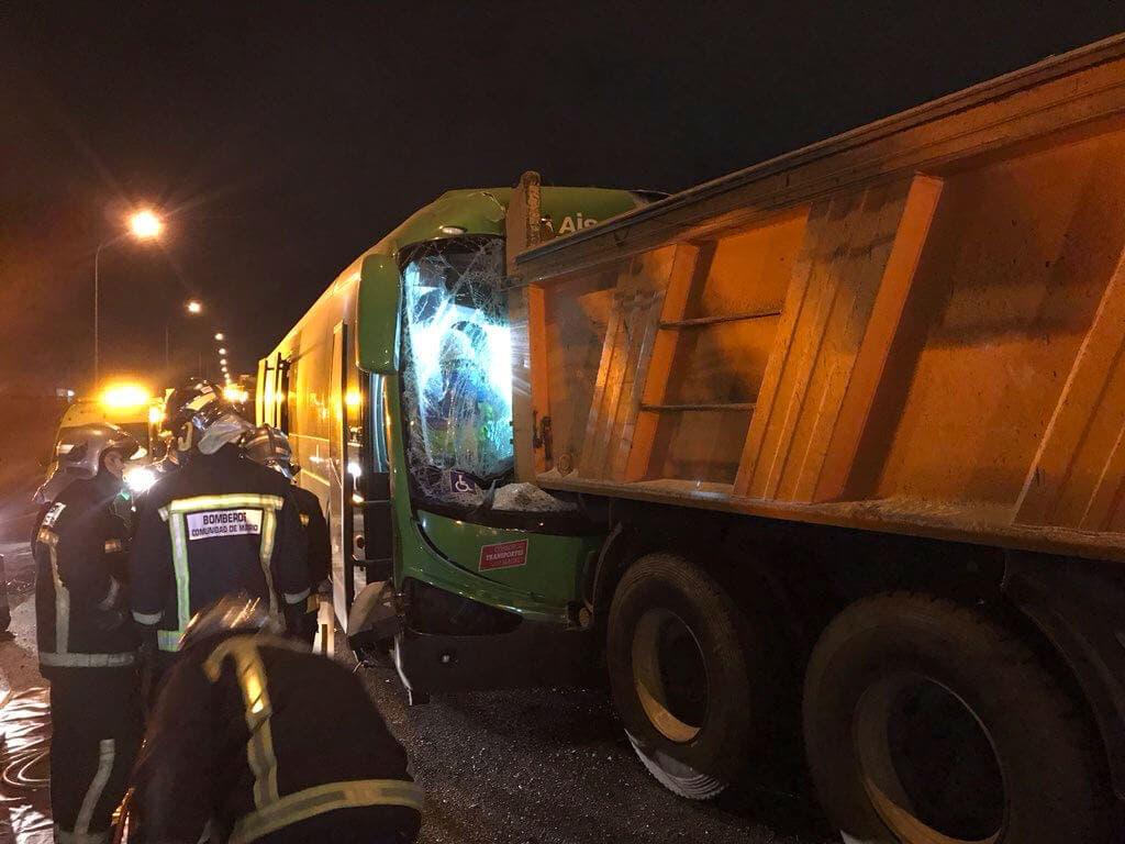 Un autobús interurbano choca contra un camión en la A-4
