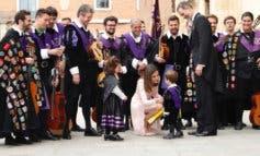 La complicidad de los Reyes y el beso de Rajoy a Cifuentes en Alcalá de Henares