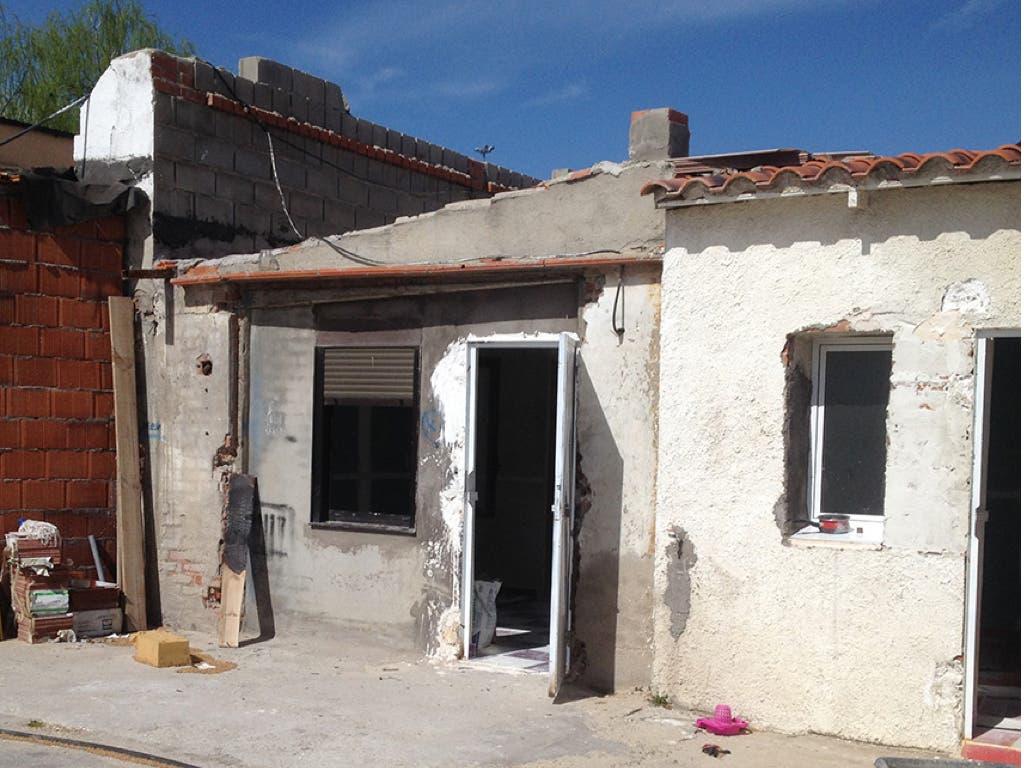 Madrid derriba tres viviendas ilegales en la Cañada Real