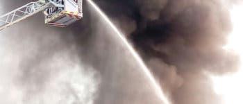 Incendio con explosiones en una nave de pintura de Campo Real