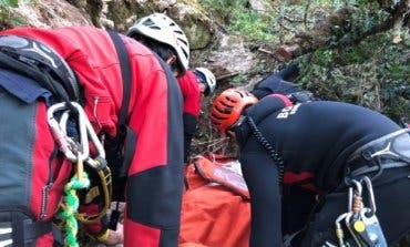 Herido grave un hombre de 83 años al caer con su coche por una ladera de unos 80 metros de altura