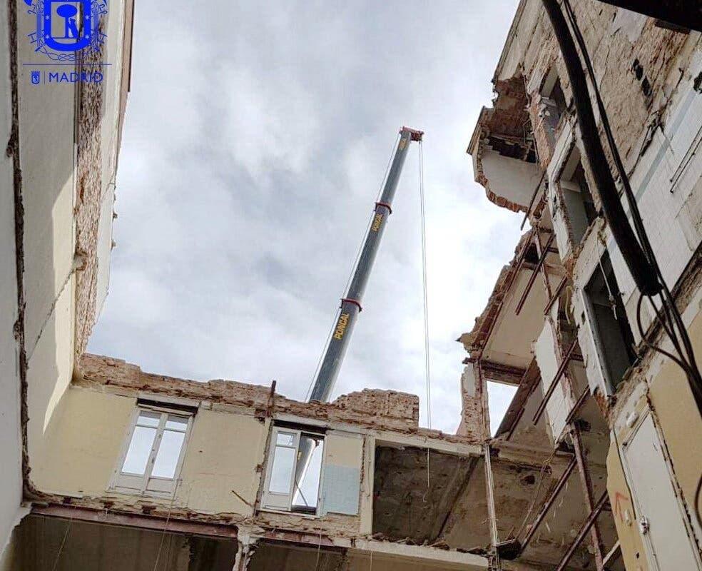 Desalojadas 21 familias por la demolición del edificio en el que murieron dos obreros