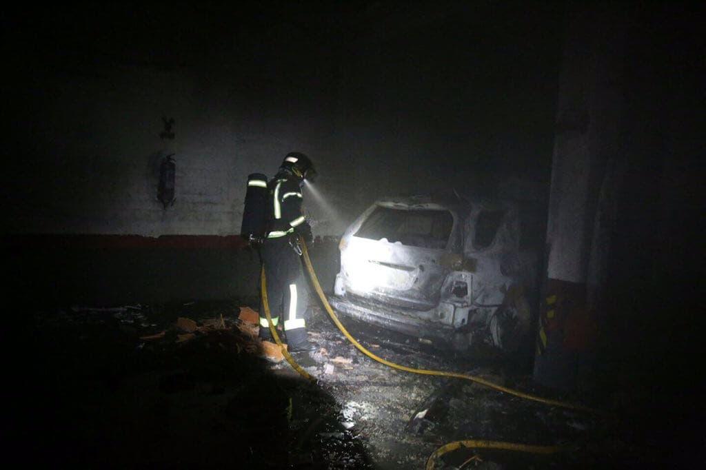 Un aparatoso incendio en un garaje deja varios vehículosafectados