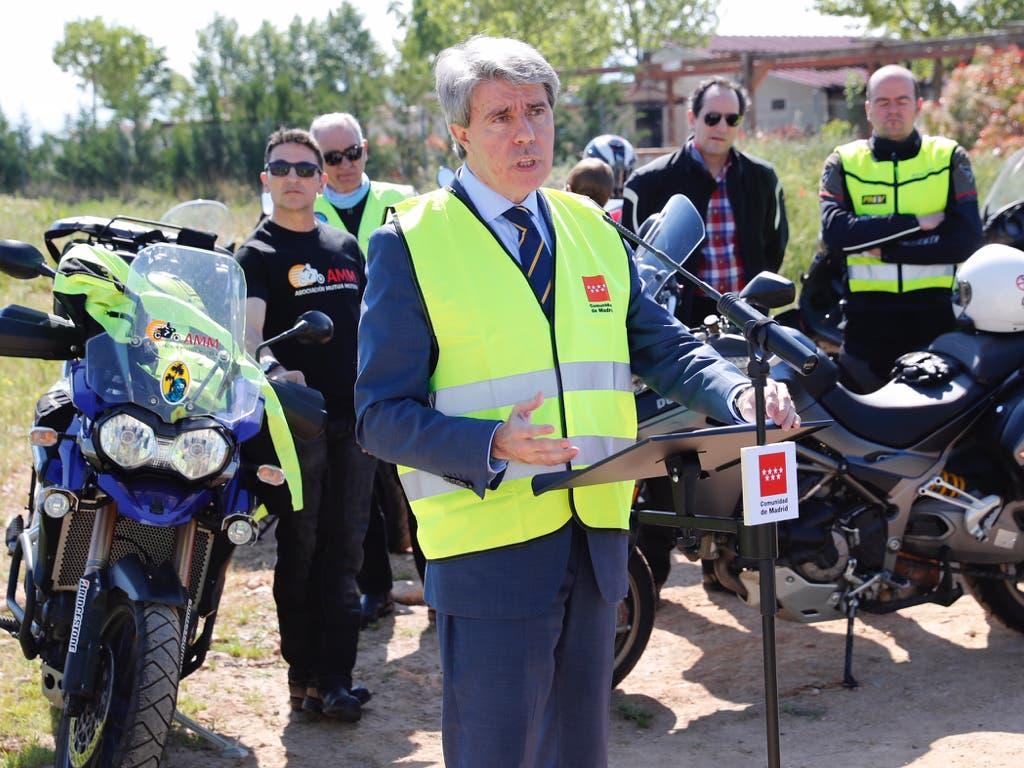 Garrido presenta en Meco nuevas barreras de protección para motoristas