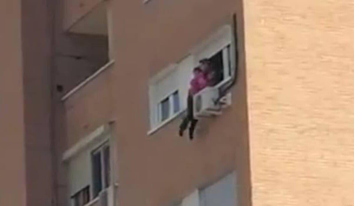 Rescatan a una mujer a punto de caer al vacío desde 20 metros de altura