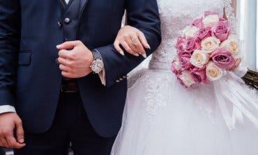 Fingen su muerte para estafar a unos novios en una boda