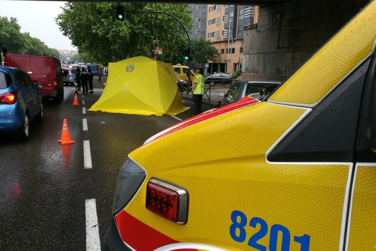 Muere un motorista de 28 años al ser arrollado por un camión