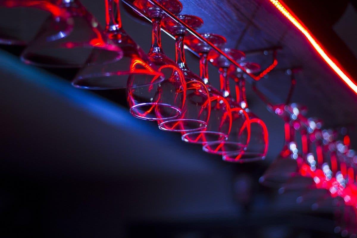 Desalojados 38 menores de un bar de copas donde les servían alcohol