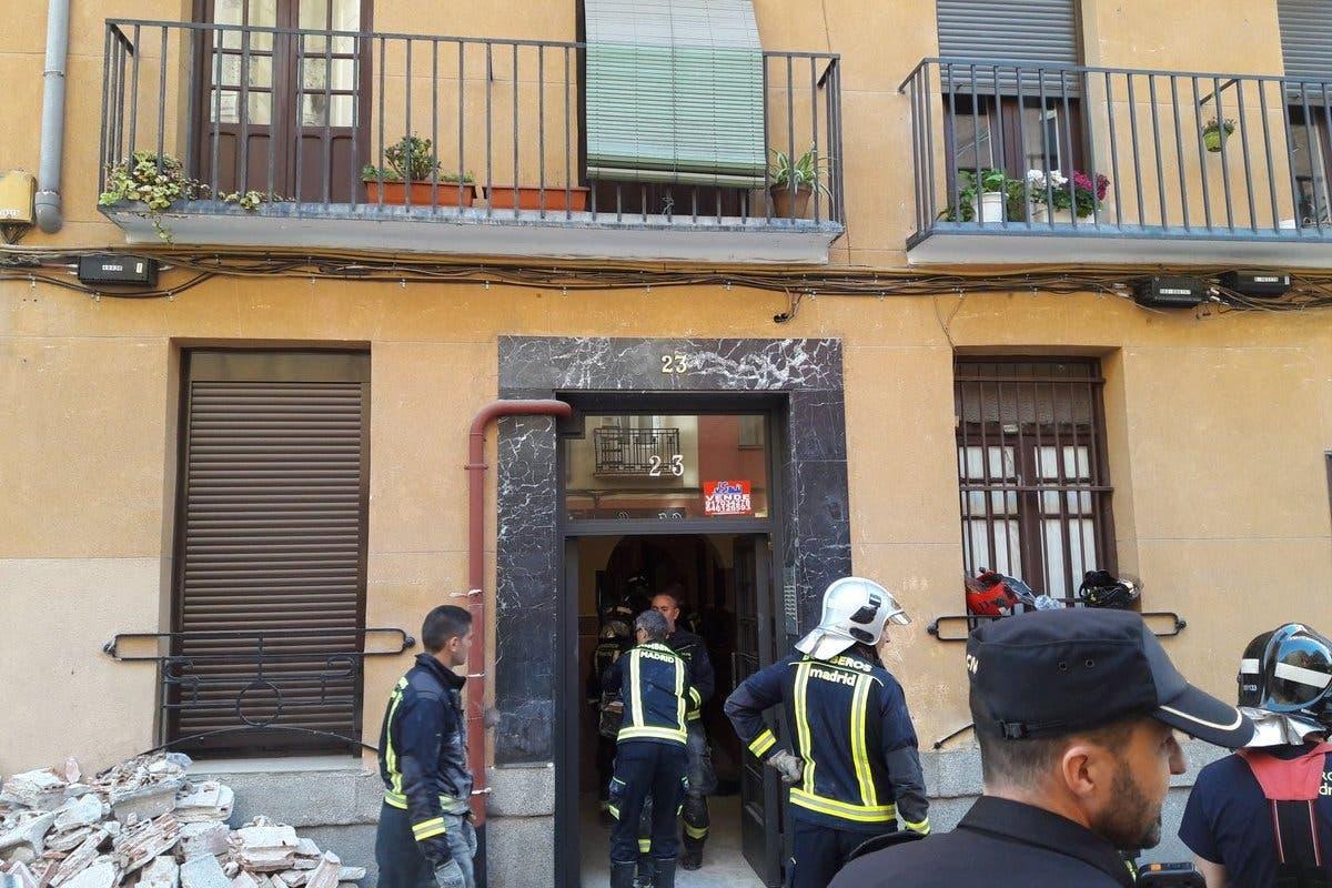 Se derrumban las pasarelas interiores de una corrala en Madrid