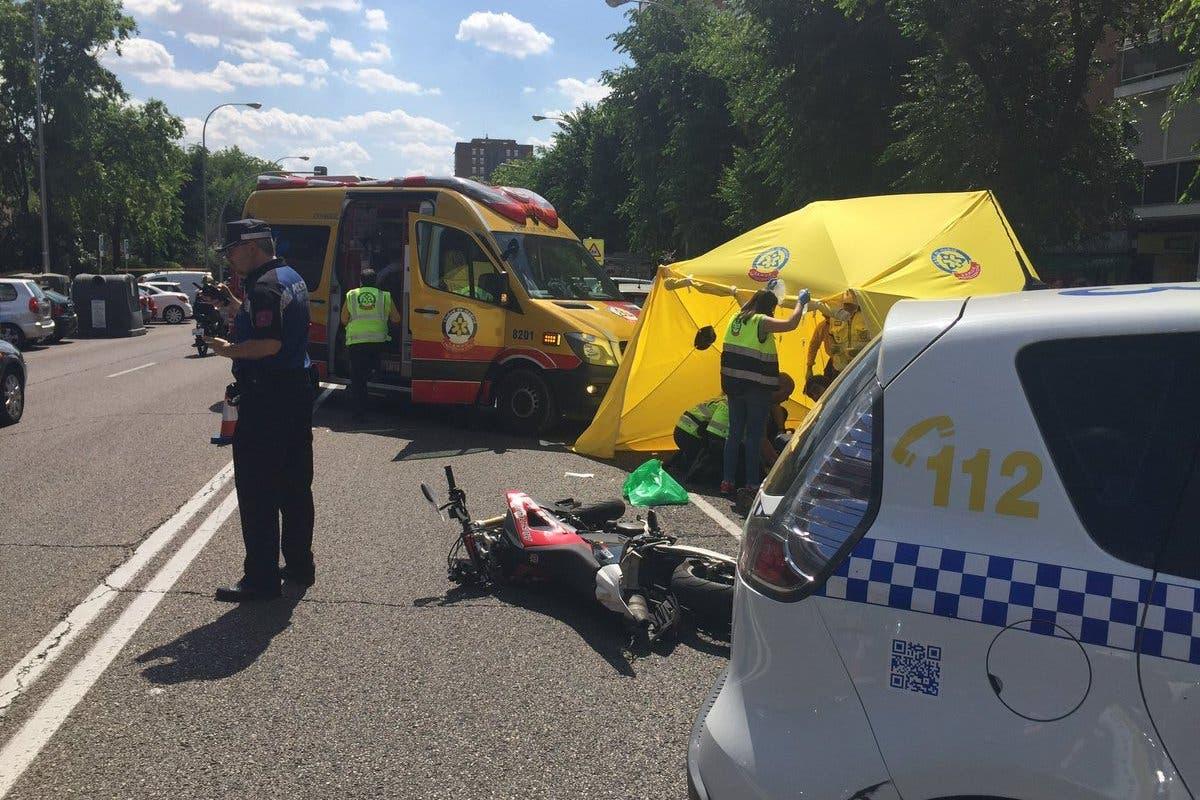 Muere un motorista de 24 años al chocar contra un coche en Moratalaz