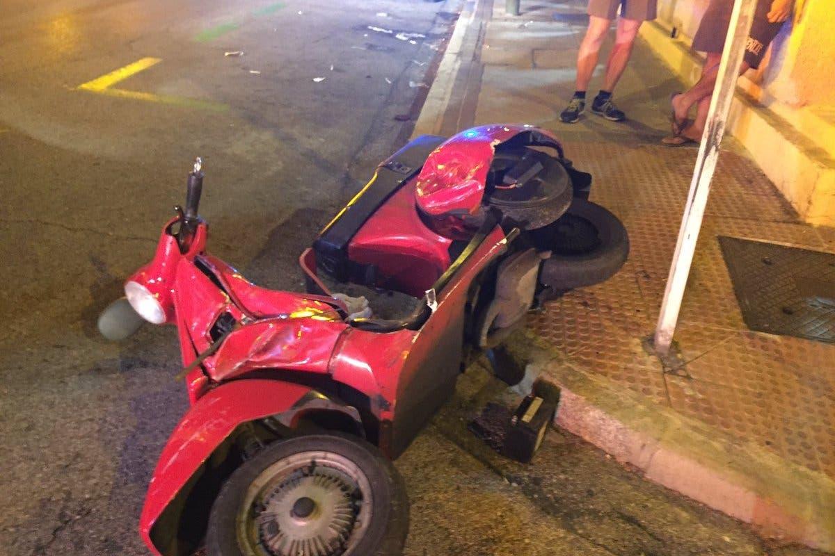 Heridos un motorista y su acompañante al chocar contra un turismo